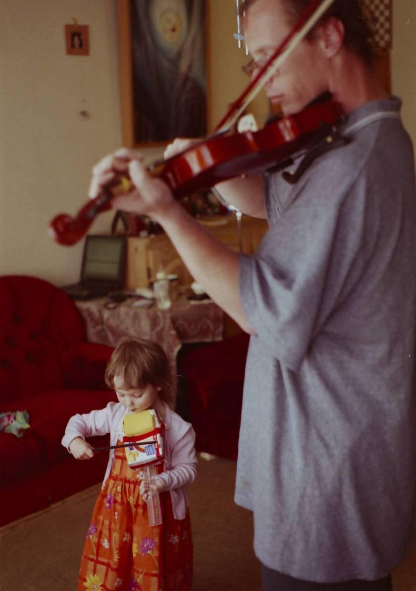 Meggie und Iain spielen Geige in Uniden 2008